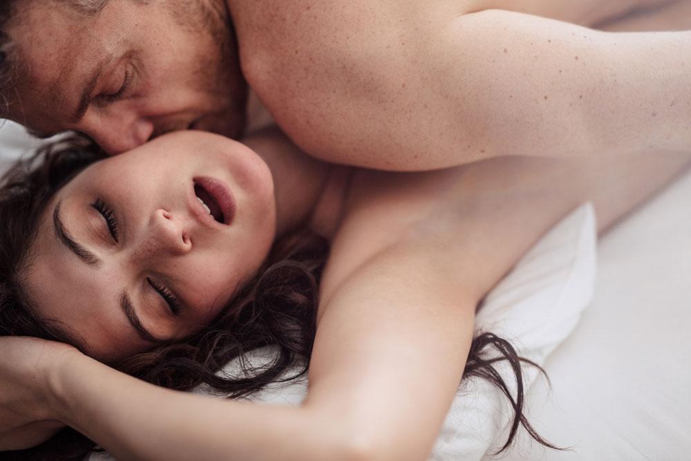 fără erecție în pat cu o femeie însoțitor în penis